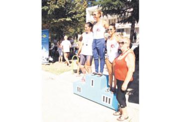 """Плувкиня на """"GD Sport"""" взе 6 държавни титли за ветерани в Сандански, """"Вихрен"""" заслужи 15 медала"""