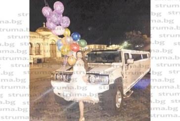 ПРЕДИ СВАТБАТА! 10 приятелки качиха дупничанка на дълга лимузина и обиколиха София за начало на моминското й парти