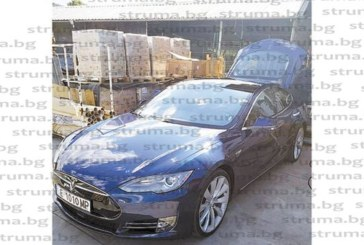 """Младият милионер Д. Стойков подкара първата """"Тесла"""" в Благоевград, нареди я до ягуара и роувъра"""