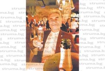 """Бизнесменът Кирил Беров-Войводата вдигна наздравица за 71-ия си рожден ден в най-известното парижко кабаре """"Мулен руж"""""""