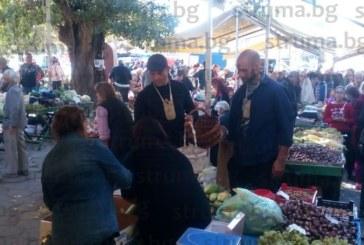 """Суматоха на пазара в Благоевград! Дидо и Роман от """"Фермата"""" пазаруват от всичко по много"""