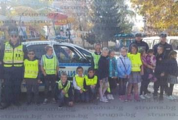 Детски патрули дежуриха по кръстовищата на Разлог, листовка с призив за разумно шофиране получи и съветникът д-р Р. Тумбев