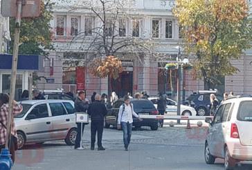 Жандармеристи, полицаи и митничари нахлуха в банка в Бургас
