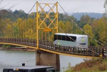 ШОК! 35-тонен автобус с пътници премина по висящ мост с ограничение до 10 тона
