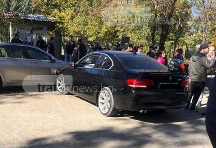 Ученик помете колата на учителка пред училище