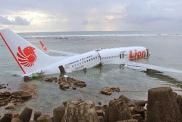 Самолет със 188 души на борда се разби в морето край Индонезия