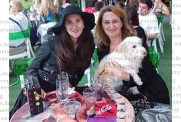 БЛАГОРОДНА КАУЗА! Природозащитниците д-р Сн. Милушева и дъщеря й Л. Димитрова отбелязаха Световния ден за защита на животните с една година грижа за бездомното куче Сарка