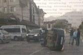 """Тройна катастрофа заради неспазено предимство! """"Мерцедес"""" помете """"Пежо"""" на кръстовище в Банско, при сблъсъка паркирана кола счупи кран на газопровода"""