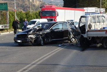 Шофьор от Симитли ранен при челен сблъсък с камион в Кресна
