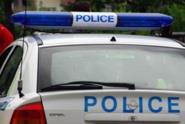 Екшън пред шивашки цех в Пиринско! 40-г. мъж хвърля камъни, псува и заплашва полицаите