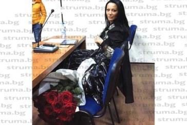 Някой изпрати червени рози на благоевградската общинска съветничка Злата Ризова
