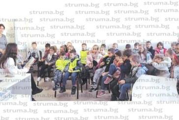 Над 200 малчугани от Сандански посетиха градската библиотека, най-малките се запознаха с Молбата на книгата