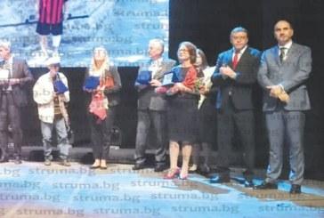 """13 благоевградчани отличени с приз """"Личност на годината""""! Бойкот на общински съветници едва не провали тържествената сесия"""