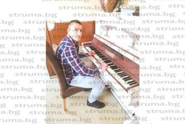 """Заместник-треньорът на СК """"Патриот"""" – Дупница, кикбоксьорът Красимир Сулев, с ново амплоа – започна да свири на пиано"""