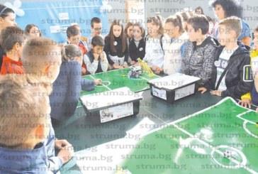 83 деца от 4 училища програмираха и играха футбол с роботи в Гоце Делчев