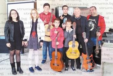 Учителят по музика В. Миленков и негови ученици зарадваха жителите на град Рила с впечатляващ рок концерт