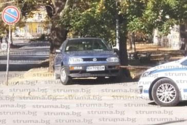 Шофьор вдигна кръвното, прилоша му и се качи с голфа на тротоара, счупи пейка и блъсна жена