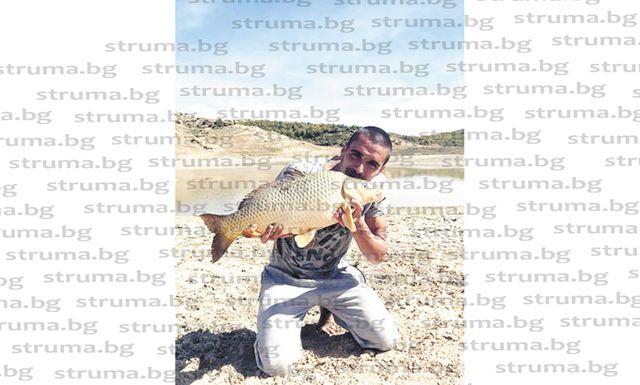 """Футболист на """"Места"""" се похвали с трофеен улов - 4,8 кг шаран, с треньора му обещаха на съотборниците си банкет с двустепенно меню - риба и дивеч"""