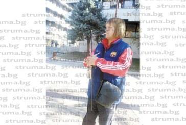 Лов на бездомни кучета! Служител на приюта обикаля с пушка посред бял ден пред очите на малки деца