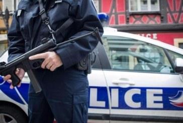 Мъж нападна полицай с нож в метрото