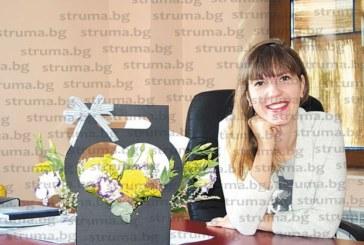 Артистична кошница с цветя на бюрото чака младата директорка на благоевградския драматичен театър