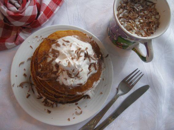 Тиквени палачинки с мед, сметана и шоколад