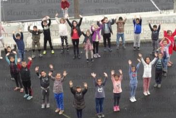 Благоевградски ученици направиха сърце с телата си за Деня на толерантността