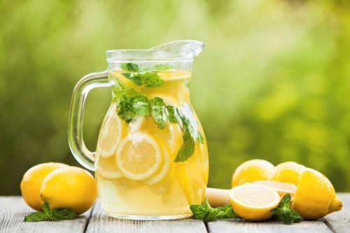 Защо трябва да пием топла вода с лимонов сок всяка сутрин