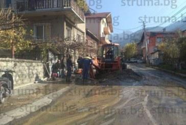 3 дни главната улица в с. Бистрица наводнена от избил водопровод, докато ВиК реагира