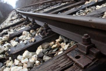 Мъж скочи на релсите пред влак, отърва се без драскотина