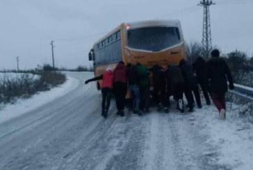 ЛЕДЕНА ПЪРЗАЛКА НА ПЪТЯ! Ученици бутаха автобус