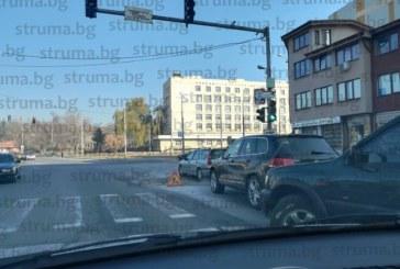 Опасна дупка зее на натоварено кръстовище в Перник