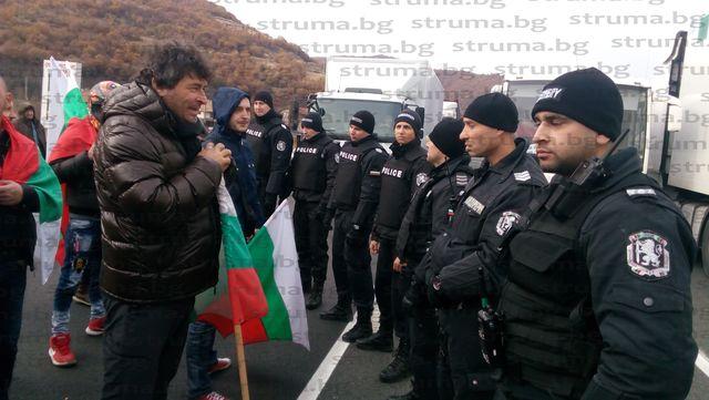 Изправиха жандармерията срещу протестиращите край Железница