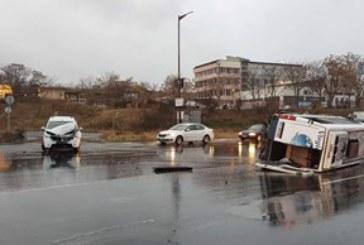 Микробус с пътници се преобърна, има пострадали