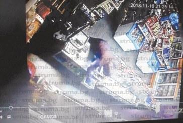 STRUMA.BG с ексклузивно видео от кражбата в Баня, вижте маскирания крадец, който нахлу в хранителен магазин