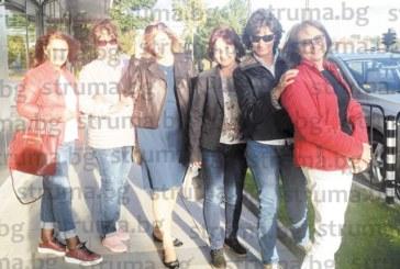 Кюстендилка долетя от Америка и събра бившите си съученички да почерпи за здравето на бъдещото си първо внуче