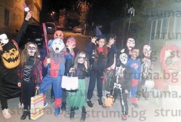 """Малките """"туземци"""" от кв. """"Смилово"""" в Сандански зарадваха съкварталците си с Хелоуин маскарад, прибраха се по домовете с пълни торби лакомства"""