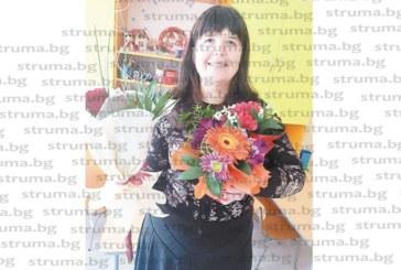 Детската учителка Емилия Цекова чества рожден ден, колежките я изненадаха с кутия за бижута, опакована като сърце