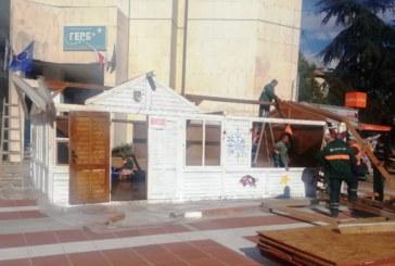 Започна поставянето на къщичките за Коледно-новогодишния базар в Благоевград