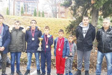 """Приз за най-добър чужденец и 5 отличия взеха борците на """"Беласица"""" в Кочани"""