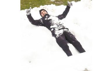 Кресналията К. Десподов се търкаля в снега след контузия