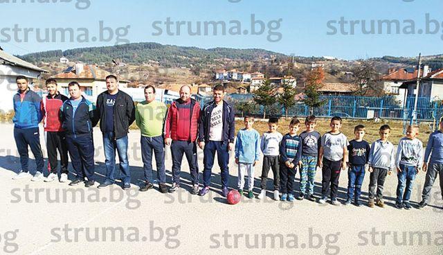 """Ученици от СУ - Сатовча победиха във футболно дерби """"Бащи срещу деца"""""""
