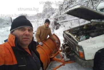 Карък! Кметът на Бистрица К. Огненски счупи греблото на джипа-снегорин, докато го ремонтира, получи куп предложения: четвърт прасе, 2 л ракия, пръжки и вино, за да спаси от снега дупничани