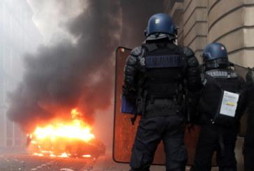 Автомобили горят из улиците на Париж