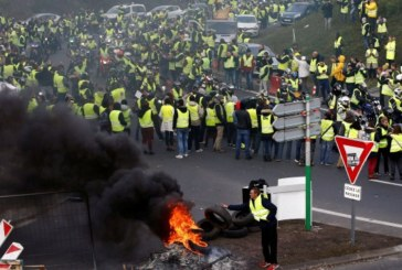 """Жълтите жилетки"" предизвикват политическа буря в Париж"