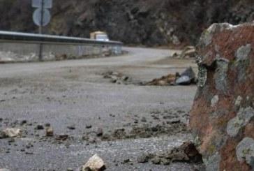 Читател на struma.bg! Падащи камъни помляха кола в Кресненското дефиле
