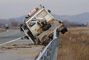 """Инцидент на АМ """"Струма""""! Кола блъсна автомобил на """"Пътна помощ"""", качи я на мантинелата, дете ранено"""