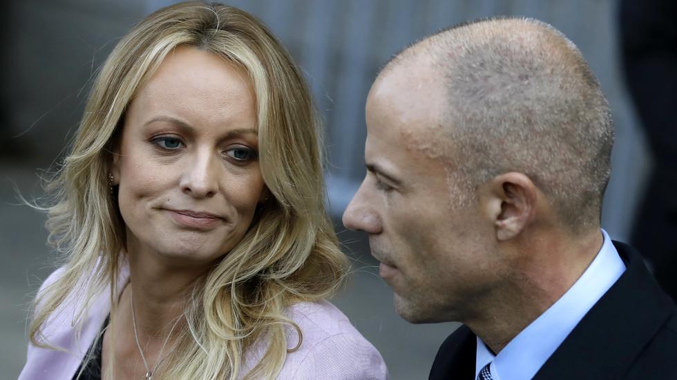 Порнозвездата, завела дело срещу Тръмп, ще плаща съдебните разходи