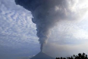 Изригна вулканът Сопутан, трикилометров стълб от вулканична пепел във въздуха