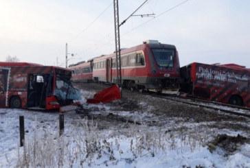 Влак и автобус се удариха в Сърбия, има жертви и десетки ранени